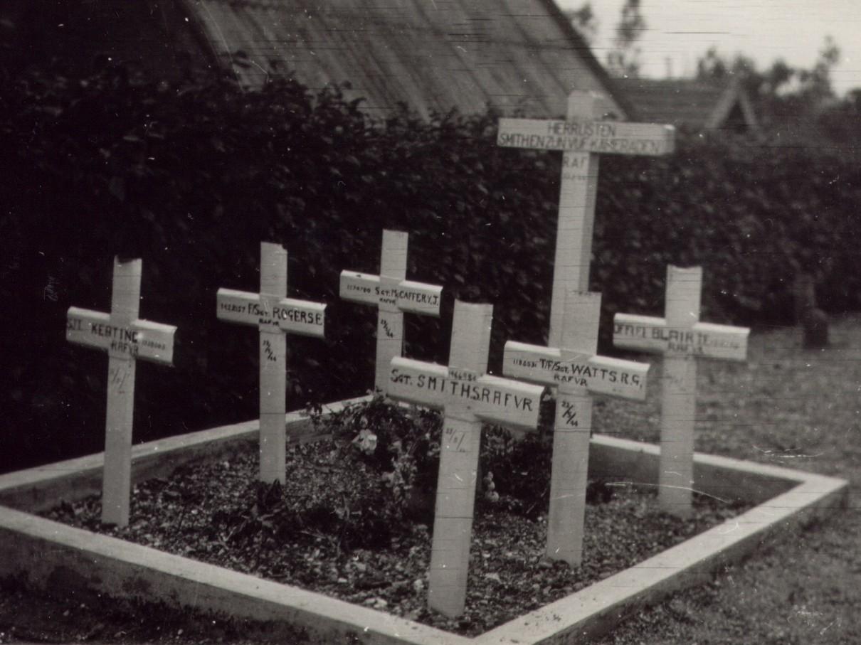 De graven van de zes vliegeniers in 1945